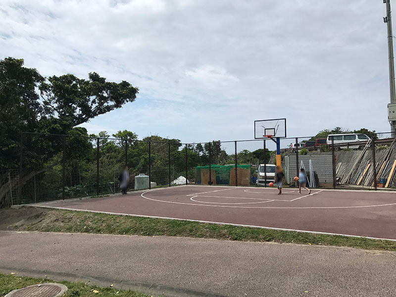 公園内のバスケットボールコート
