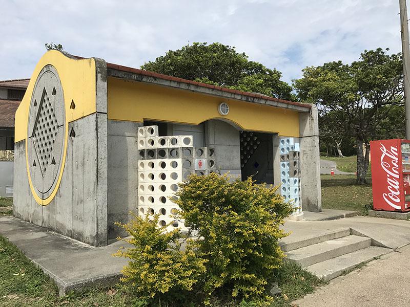 男女別のトイレと自動販売機
