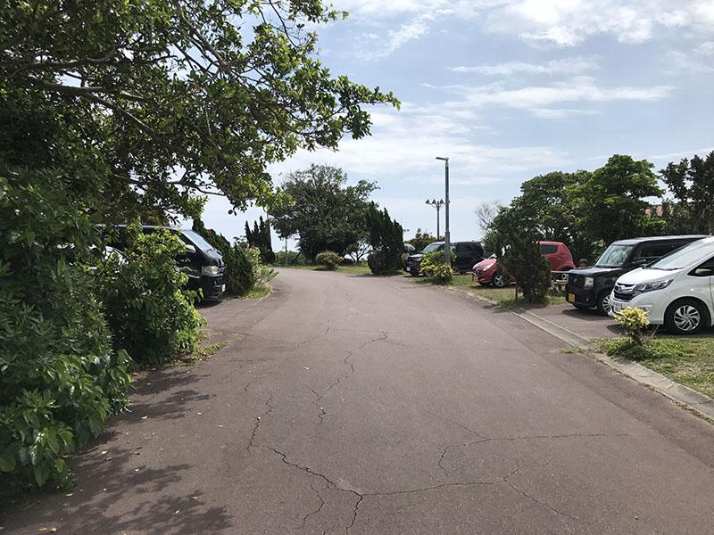 東側の通路脇の駐車場