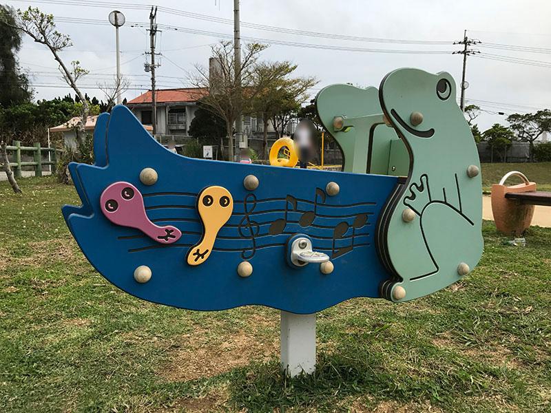 かわいらしいカエルのスイング遊具