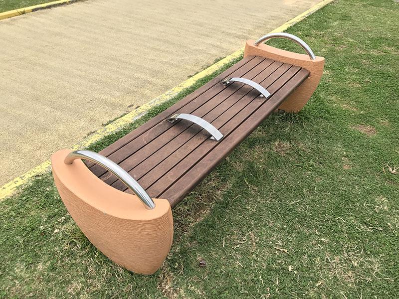 遊具のそばのベンチ