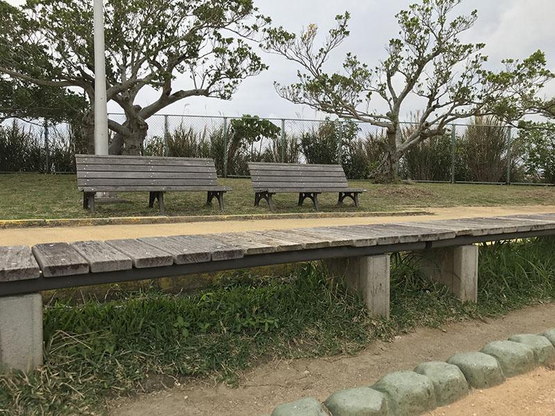 運動場側のベンチ