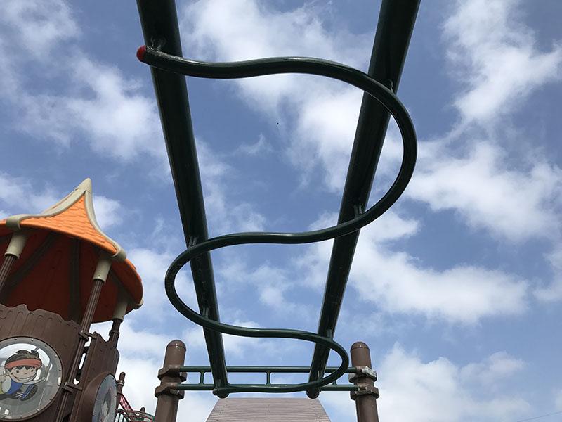 くねくとした雲梯のような遊具