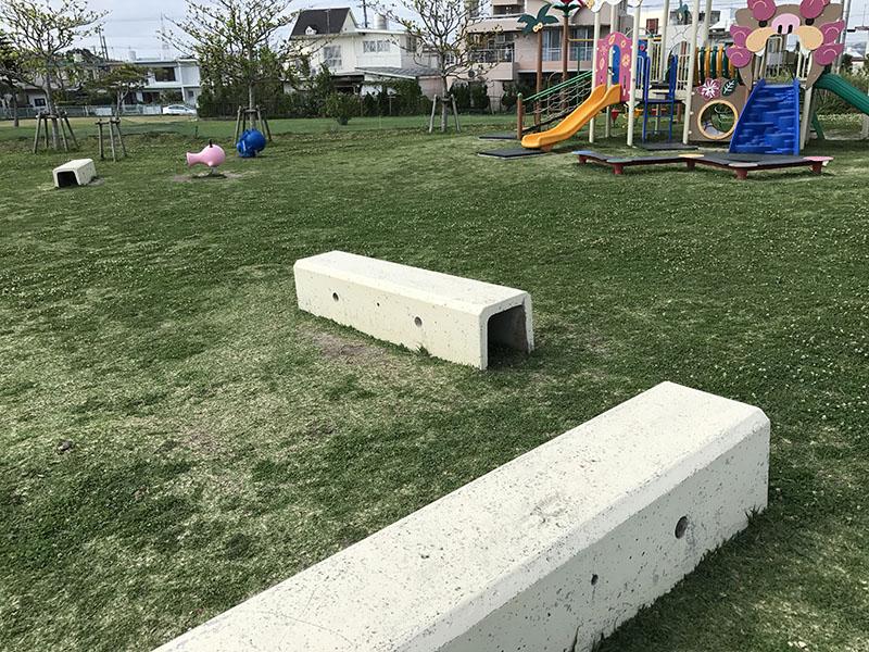 コンクリート製のベンチ