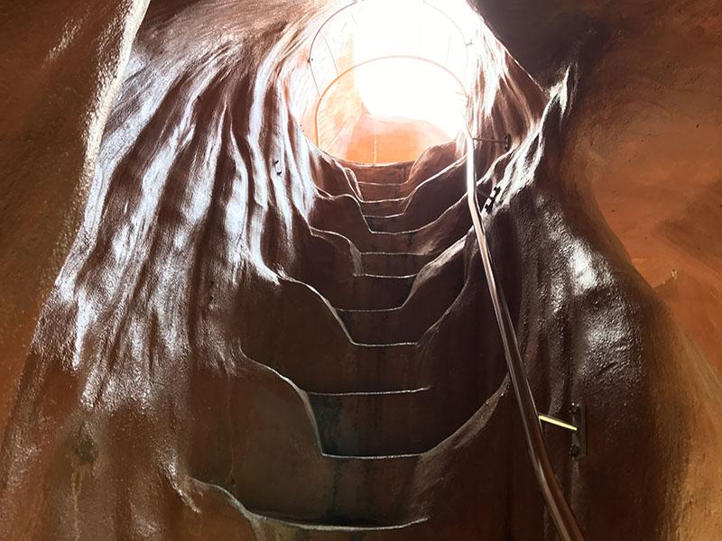 トンネルのような階段