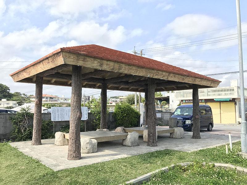 陽射し除けのあるベンチ