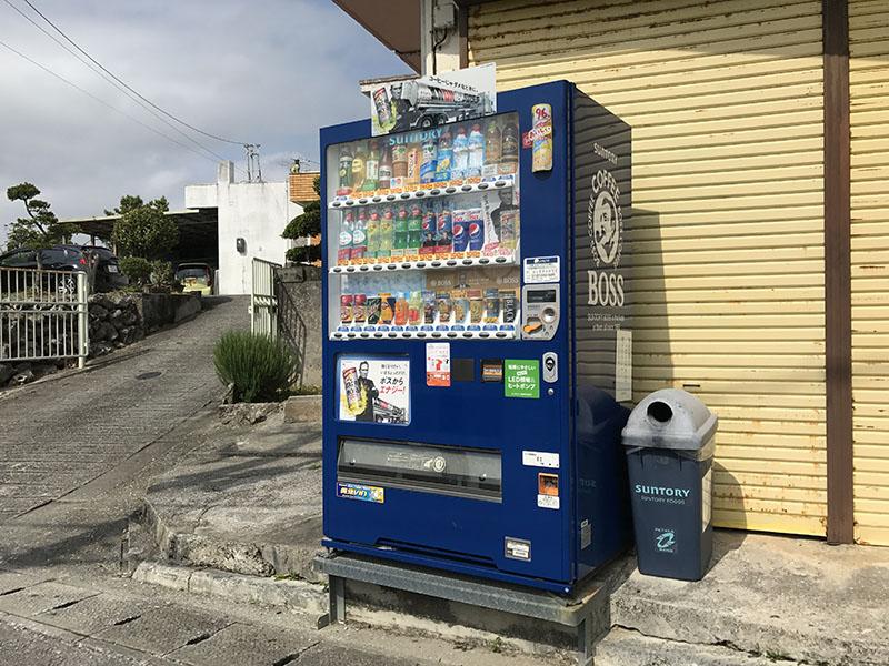 商店の店先にある自動販売機