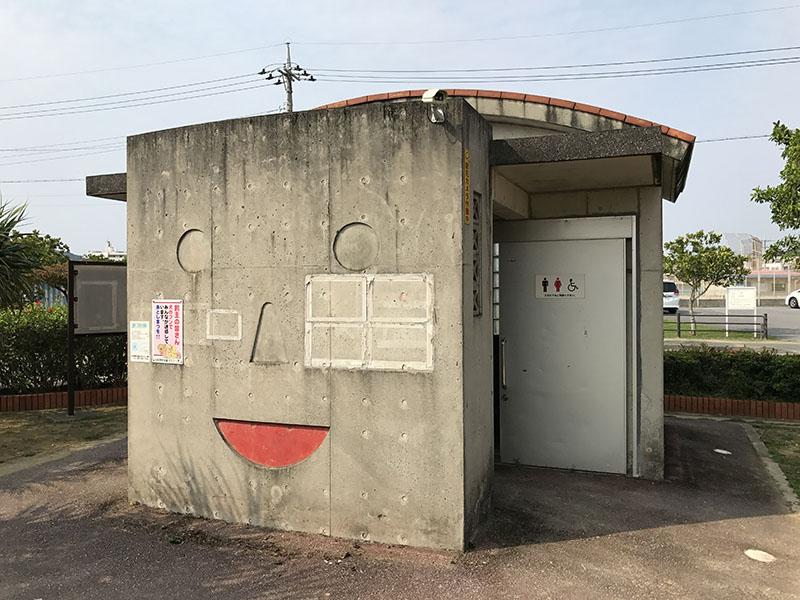 顔型の壁がおもしろいトイレ