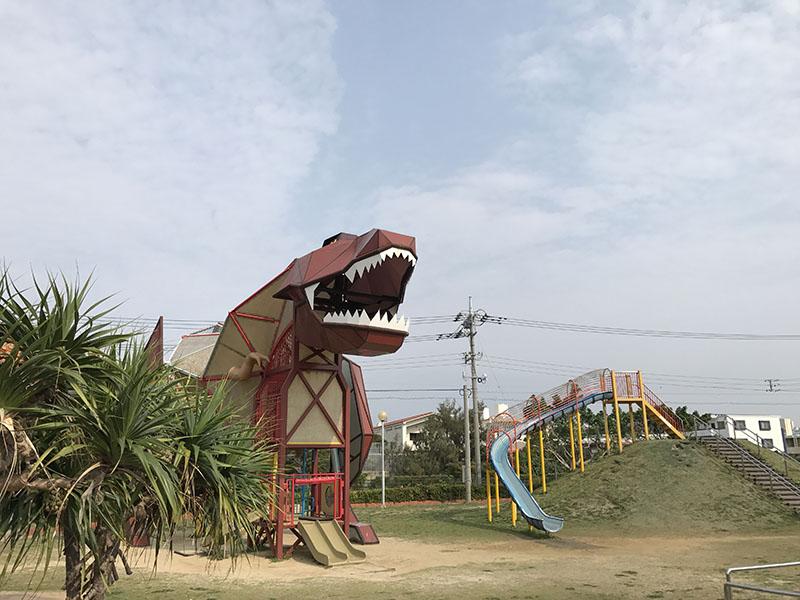 遠くからみる恐竜型の遊具