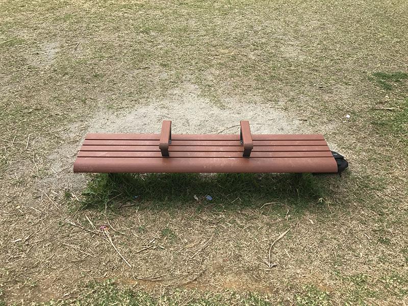 はえるん公園の3人掛けベンチ