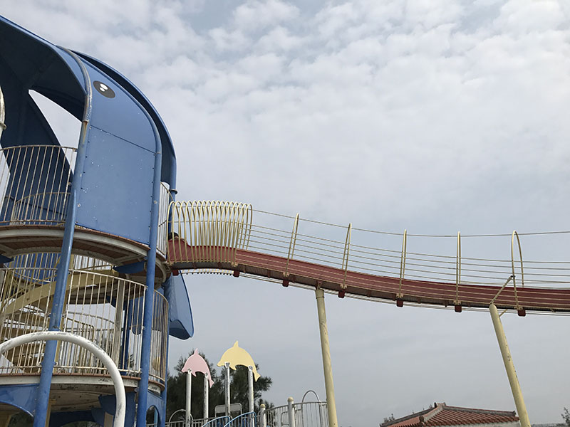 イルカタワーの3階からのびる滑り台