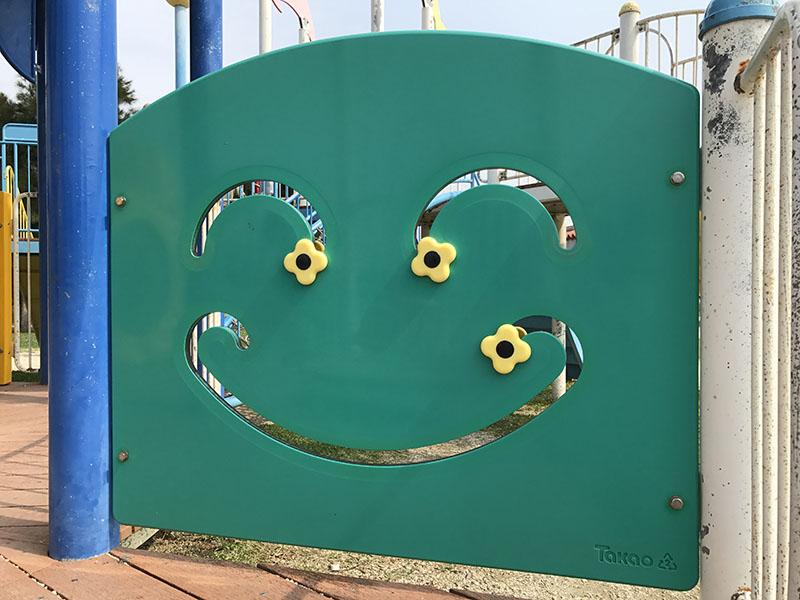 笑顔のパネル遊具