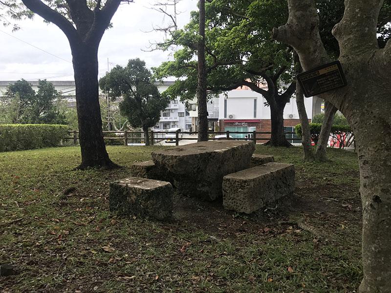 公園内のベンチとテーブル