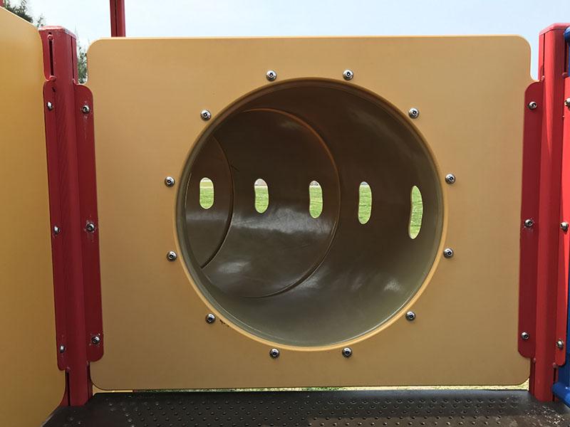 のぞき窓のついたトンネル遊具