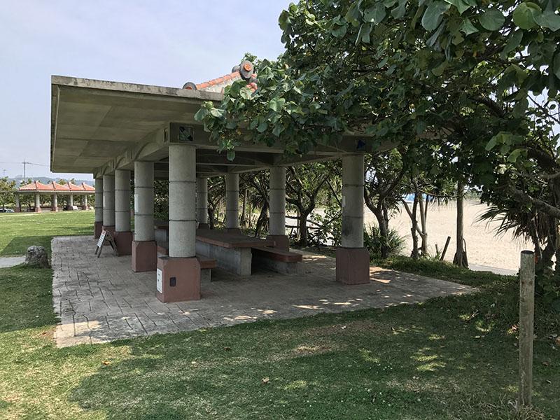 屋根・テーブル・ベンチ付きの休憩スペース