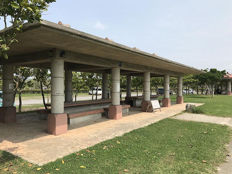 駐車場側の休憩スペース