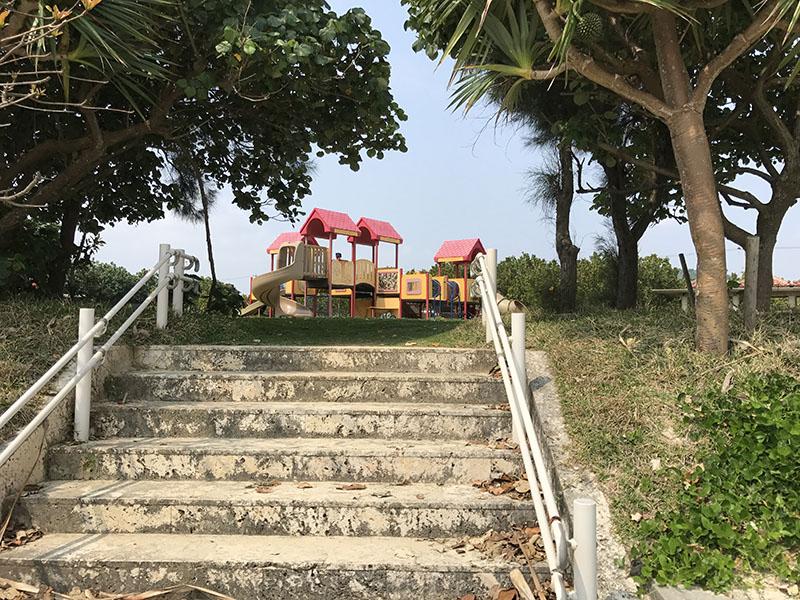 ちびっこ広場と海とをつなぐ階段