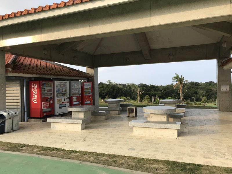 公園入口の自動販売機コーナー