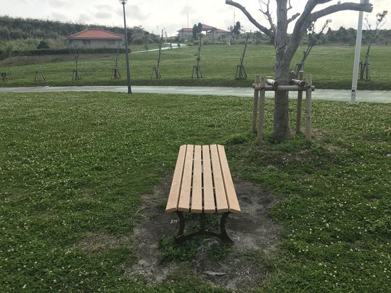 腰を下ろすのにちょうどよいベンチ